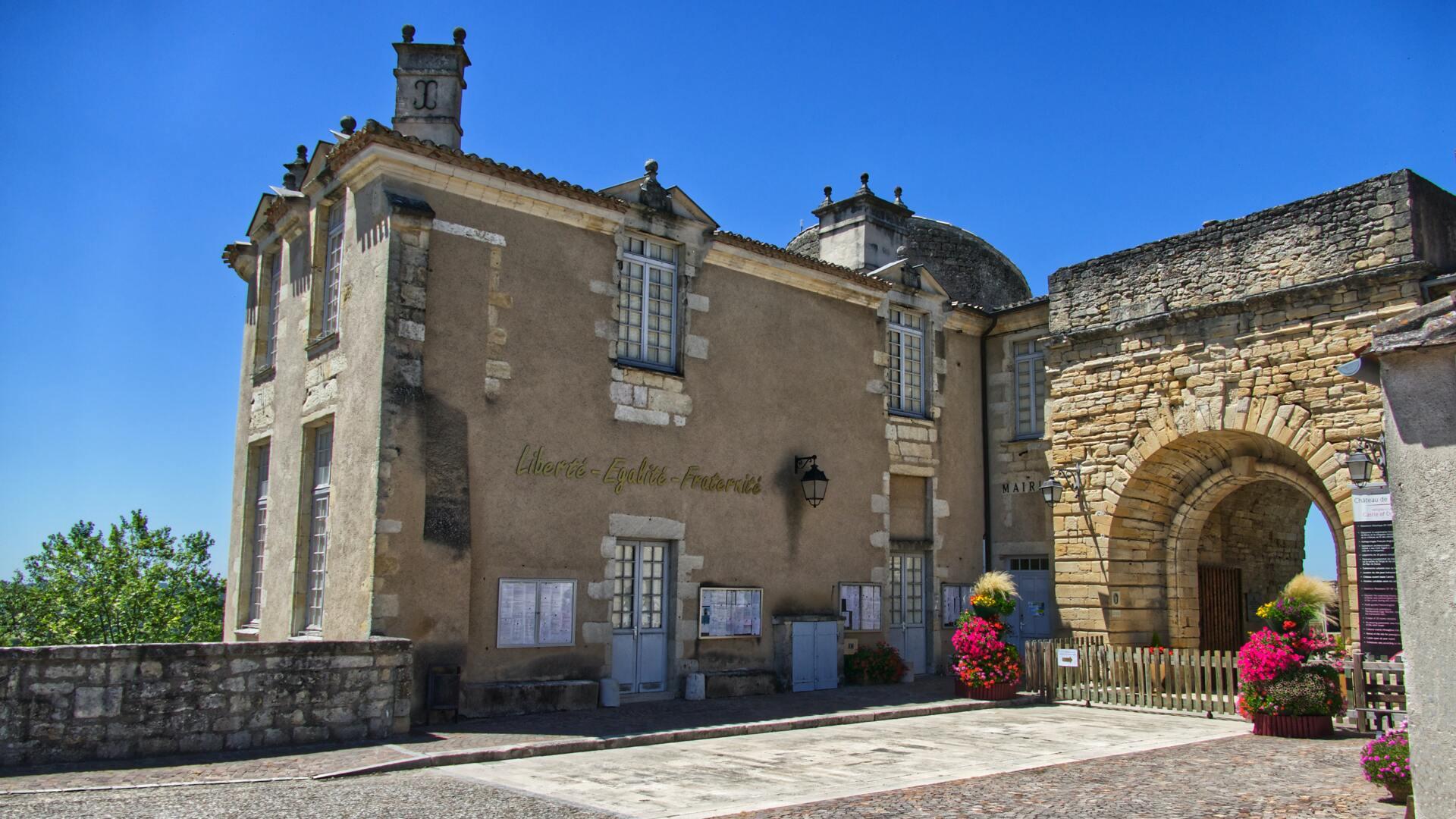 mairie en pierres dans un village en France